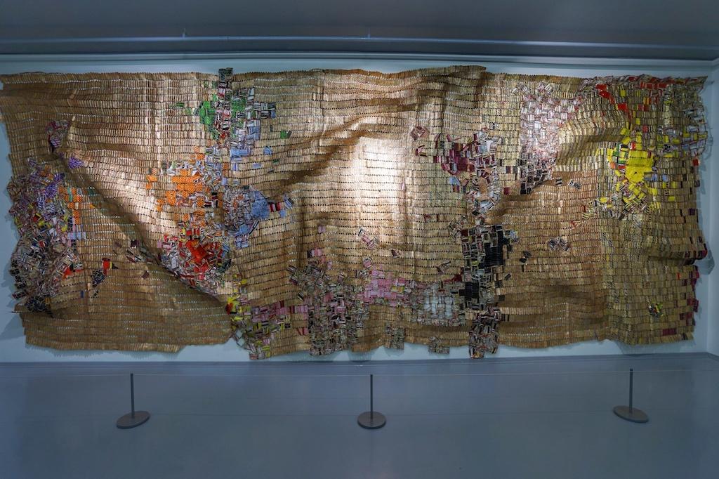 Werke von El Anatsui - er wurde in Ghana geboren und lebt derzeit in Nigeria, wo er auch sein Atelier unterhält