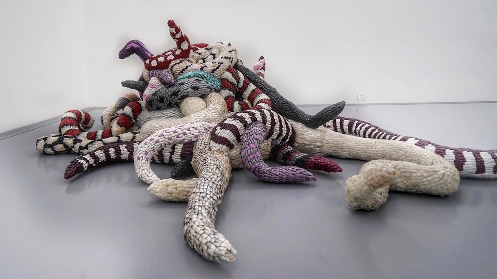 Das Werk von Frances Goodman. Sie wurde in Johannesburg, Südafrika, geboren, wo sie derzeit als praktizierende Künstlerin lebt und arbeitet. Sie absolvierte einen Master in Fine Art am Goldsmith's College der University of London (London, Vereinigtes Königreich: 2000) und war Preisträgerin am Higher Institute for Fine Art in Antwerpen (2001-2003