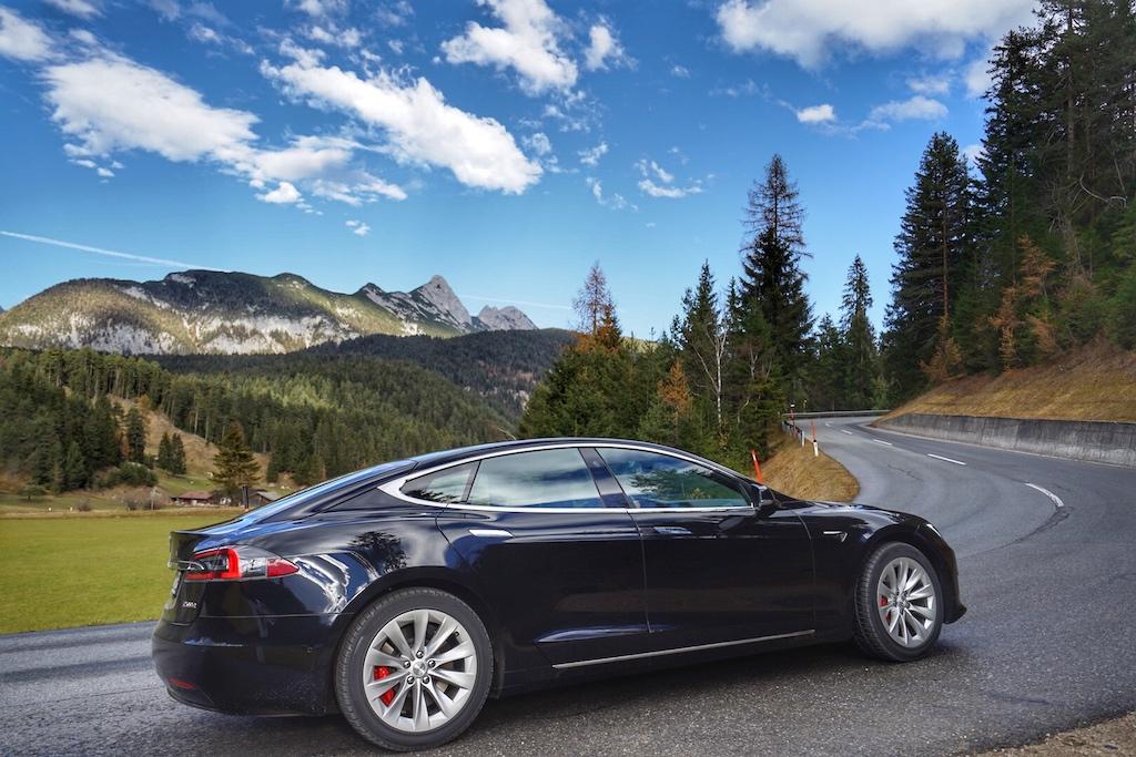 Mit dem Tesla Model S P100D fühlt man sich auch in den Alpen wohl - ohne Geräuschemission und ohne die alpine Welt mit Schadstoffen zu belasten