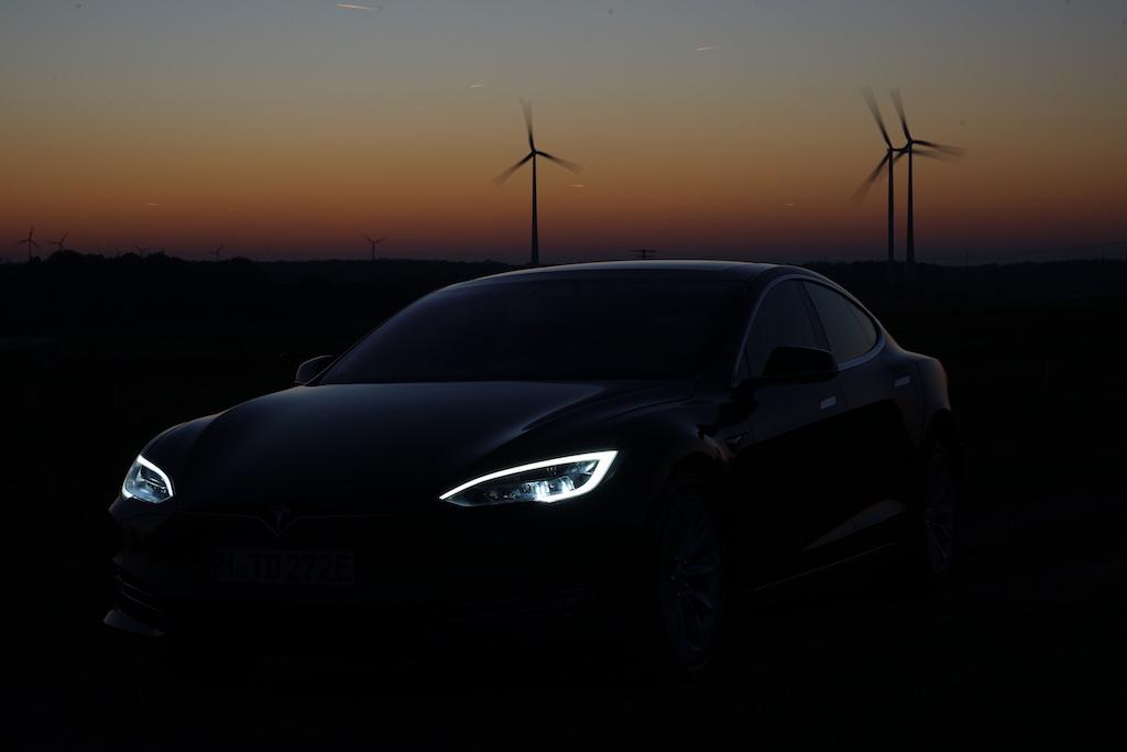 Die Scheinwerfer des Tesla Model S sind mit 14 dynamischen LED-Leuchten bestückt sowie einer dreistufigen Kurvenlichtfunktion