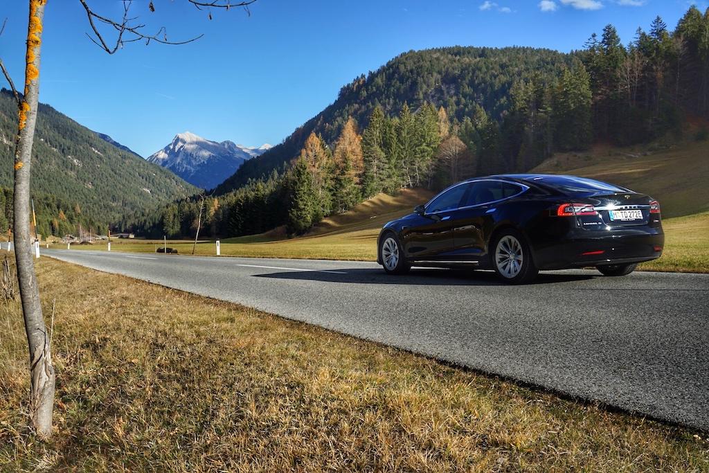 Der Tesla Model S holt sich bei Verzögerung oder Bergabfahrt durchseine Bremsenergierückgewinnung - in der Fachsprache Rekuperation genannt - bis60kW zurück und lädt sich selbst auf