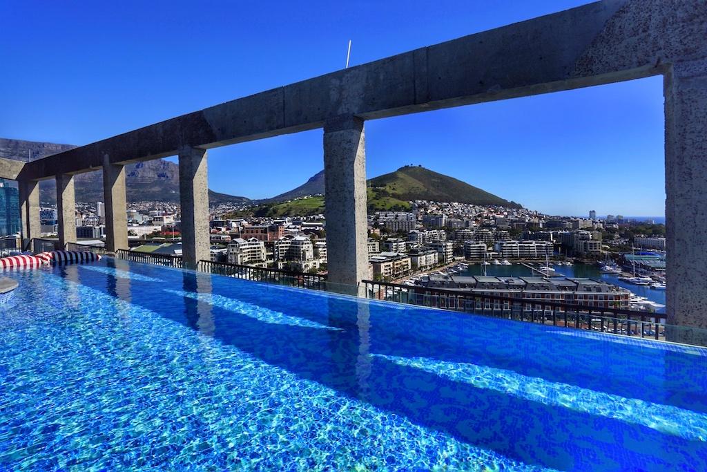 """Im alten Silo ist auch das neue 5 Sterne Luxushotel """"The Silo"""" untergebracht. Vom Dach, aus dem Infinity-Pool, hat man eine faszinierende Übersicht über Kapstadt"""