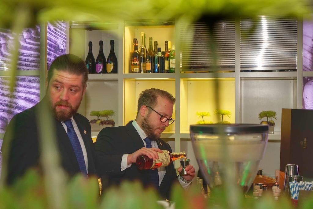 An diesem Abend wirkten der Barchef des Excelsior Hotel Ernst Matthias Allgaier undKollegeAndré Todorovic in der taku Bar