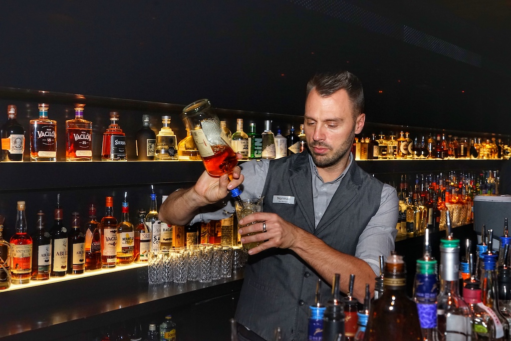 Die Musikauswahl entspringt der Playlist von Barchef Norman Pohl. Angepasst an Uhrzeit, Wochentag und Gästeaufkommen lässt die richtige Background-Musik die zeit in der 20up bar wie im Flug vergehen