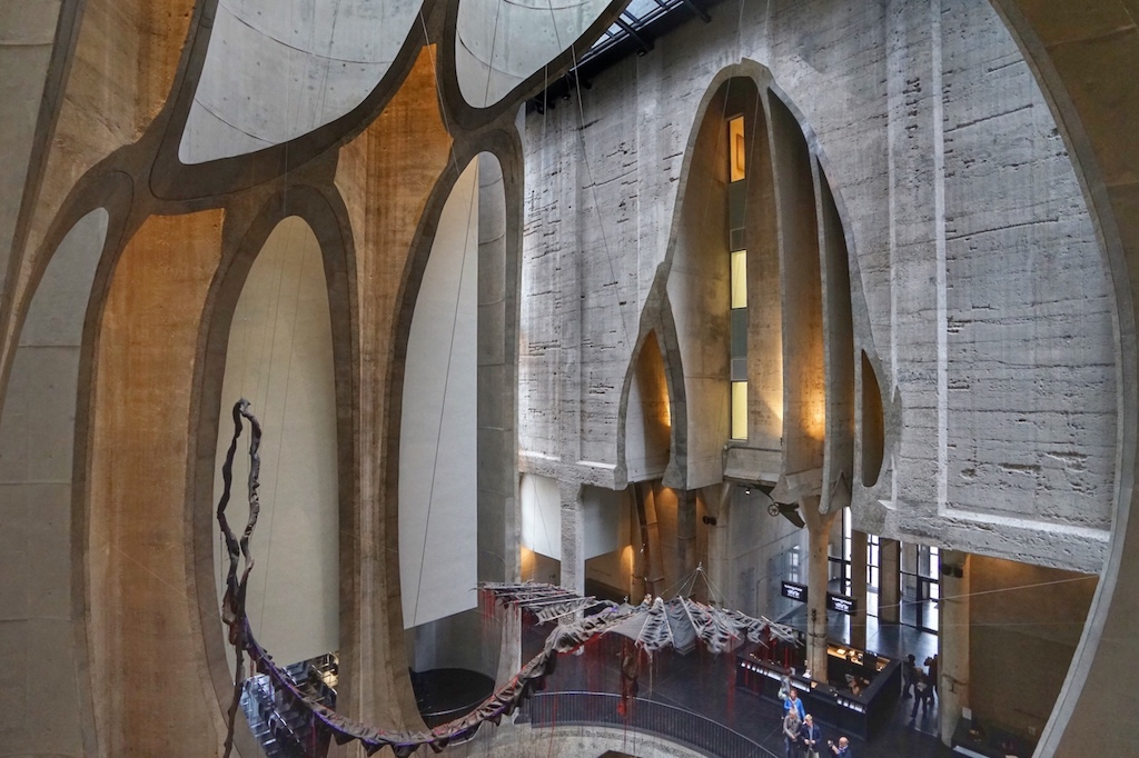 In zwei der elliptisch aufgeschnittenen Silos befinden sich Aufzüge aus Glas, aus den man die architektonische Meisterleistung von Thomas Heatherwick und seinem Team eindrucksvoll erleben kann