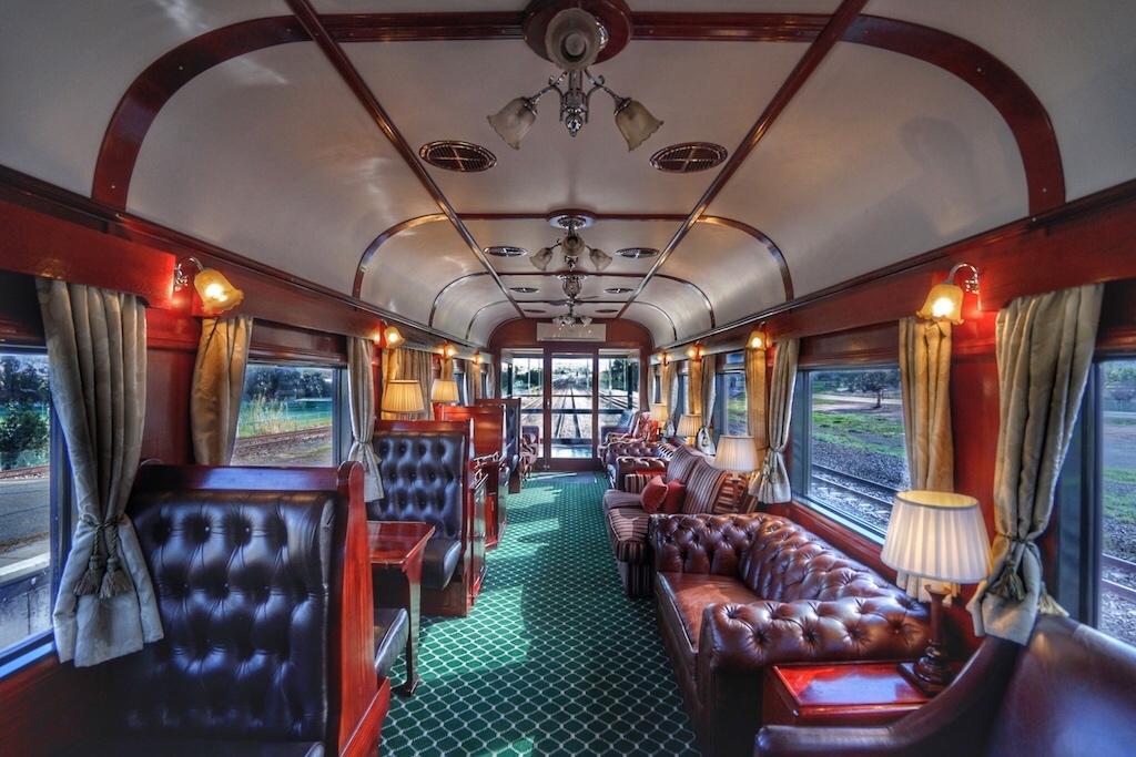 Der Aussichtswagen erinnert an einen old-fashioned Herrenclub, von dessen Balkon am Heck die schönsten Ausblicke genossen werden können ...
