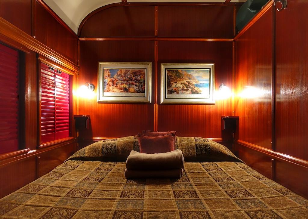 Die edel ausgestatteten Deluxe-Suiten des Rovos Rails werden durch eine Sitzecke und ein nostalgisches Bad komplettiert