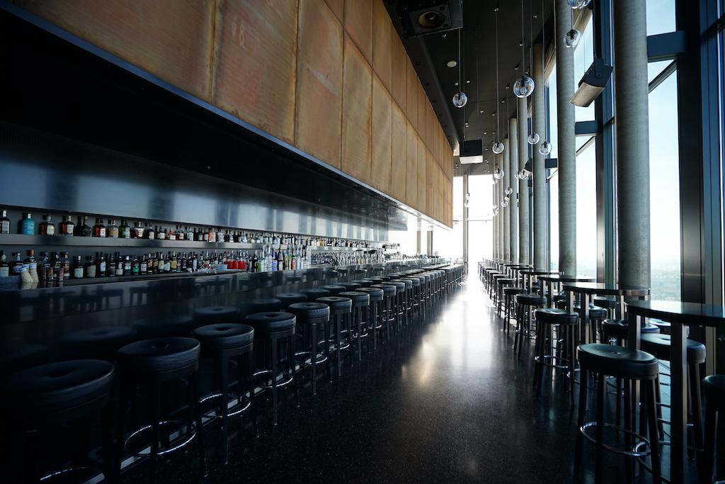 Die Flucht zwischen dem Tresen und der Fensterfront zeigt anschaulich die Größe der Szene-Bar