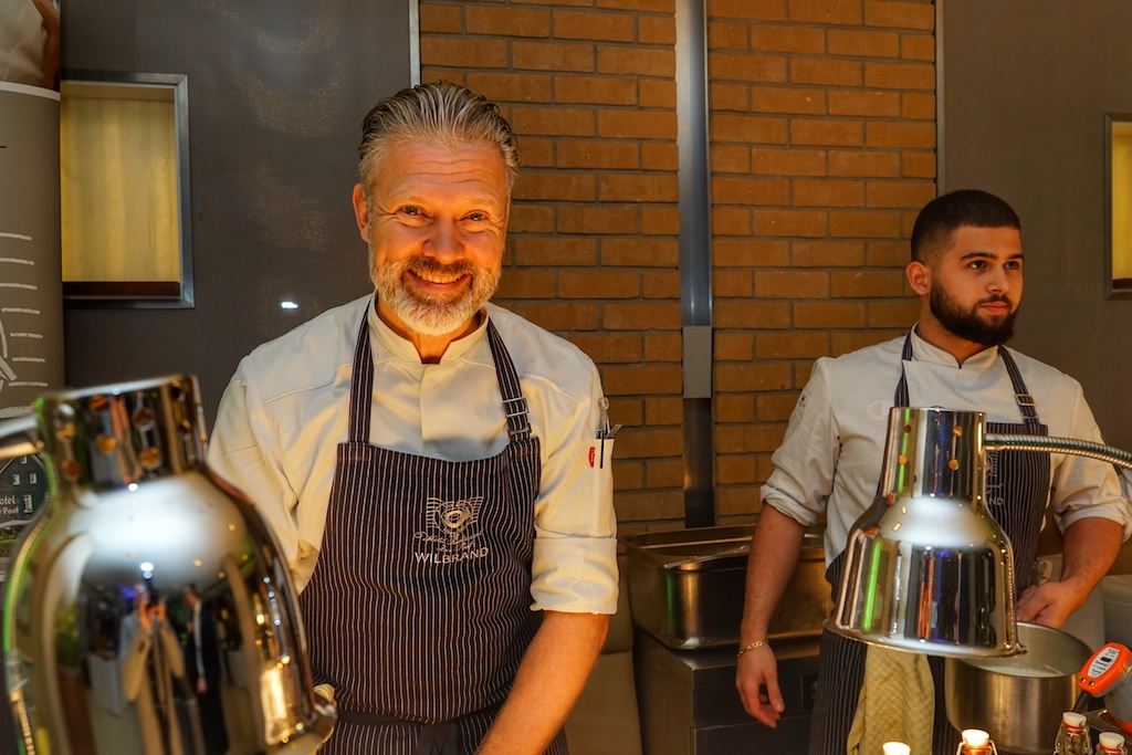 """Christopher Wilbrand betreibt seit 2003 gemeinsam mit seinem Bruder Alejandro Wilbrand das Fine Dining Restaurant """"Zur Post"""" inOdenthal"""