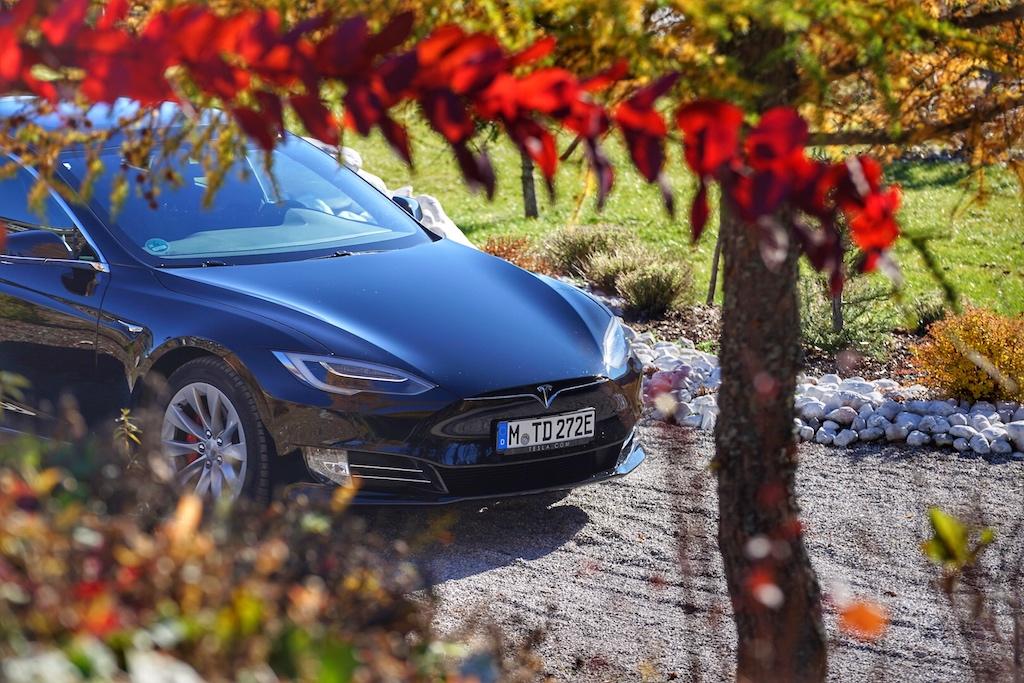 Bei den ersten Model S Reihen war vorne nochein angedeuteter Kühlergrill zu sehen, beim Facelift ist dieser weggefallen undmachtdas Model S nun noch schnittiger