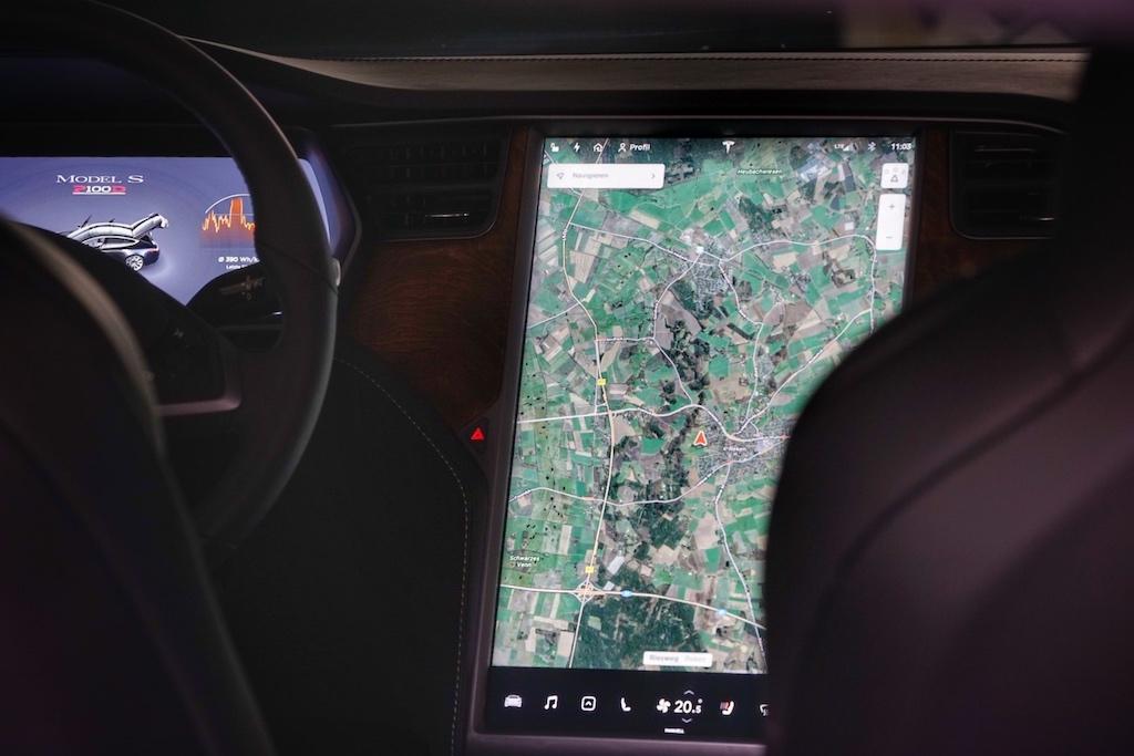 Für Tesla typisch - das 17 Zoll große Touch-Display, über welches nahezu alle Funktionen gesteuert werden. Auch bei der Navigation - mit Verkehrsmessung in Echtzeit - spielt Tesla ganz vorne mit
