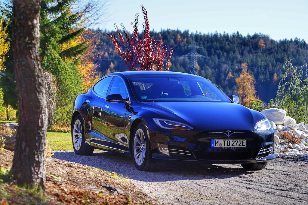 Schon im April 2016 wurde das Model S im Rahmeneiner Modellpflege optisch verändert. Die Frontblende erhielt einähnliches Design wie das des Tesla Model X undadaptiveLED-Scheinwerfer