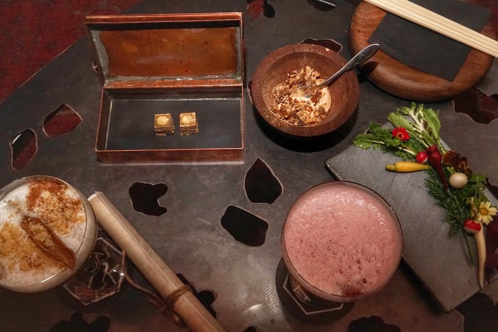 Auftakt zum kulinarischen Stopover im Dark Room: Gincocktail, schottisches Shortbread, koreanisches Pico-Gemüse mit der noch aufgerollte Reiseroute