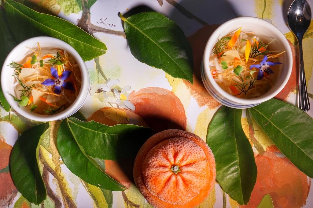 Naartjie, die Mandarine, die ihren Ursprung in China hat, bekommt durch die Zeichnung von Shaune Rotschnig eine einzigartige Bühne
