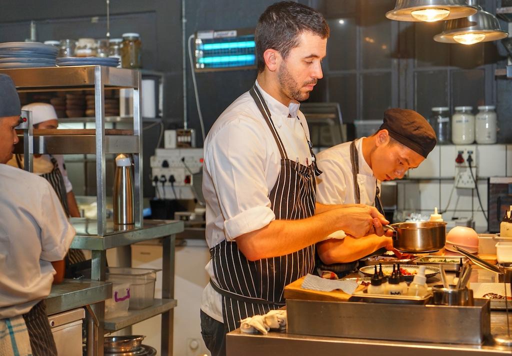 Die einzelnen Gerichte liegen im fabelhaften Restaurant The Test Kitchen jenseits des Mainstreams. Der Aufwand an Vorbereitungen ist enorm und während die Gäste lässig plaudernd am Tisch sitzen, funktioniert hinter der Bühne ein eingeschworenes Netzwerk aus geübten Handgriffen und nonverbaler Kommunikation