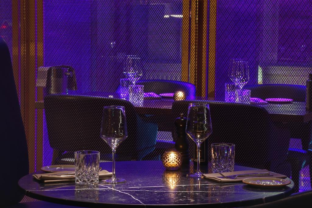 Stimmungsvolle Plätze fürs Dinner bietet das Restaurant Waterkant. Extravagant lassen die Messinggitter das Restaurant im Antlitz der abendlichen Beleuchtung erscheinen