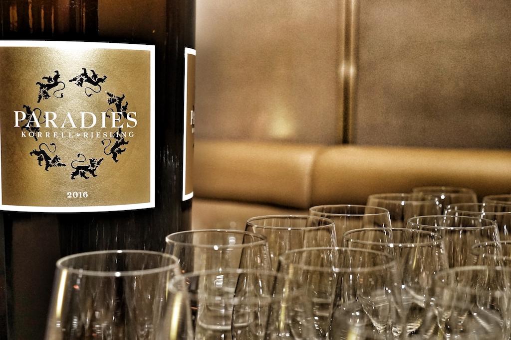 Die Magnumflasche steht bereit, die Weingläser warten auf den ersten Schluck Paradies