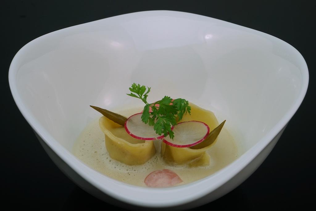 Wiesn-Pelmeni, bestehend aus Weißwurst, süßem Senf,Weißbier und Radieschen