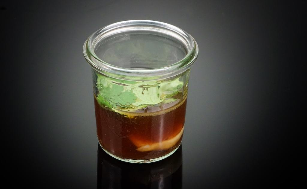 Enten-Tea mit Shiitake, Strohpilzen und Koriander