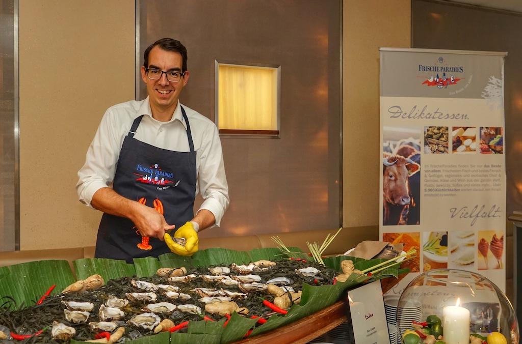 Nico Gaude vom Frischeparadies knackte frische Austern, ...