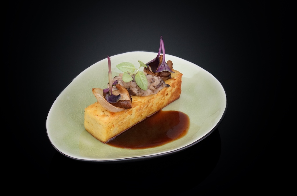 Kartoffel-Sansho-Ko-Kuchenmit vegetarischer Jus, Shiitake-Marmelade und Perlzwiebeln