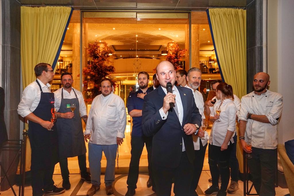 Der stellvertretende Direktor Jürgen Blank begrüßt die Gäste und stellt das kulinarische Team vor
