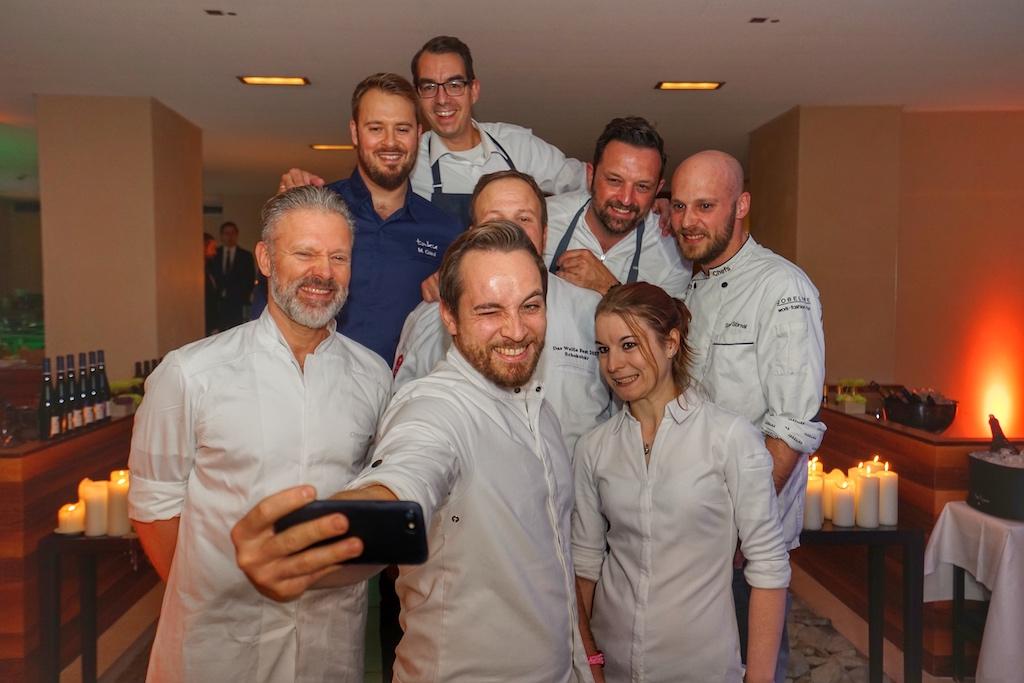 Schnell noch ein Selfie; hoffentlich sind alle gut getroffen - gleich geht's hinter die Kochstationen
