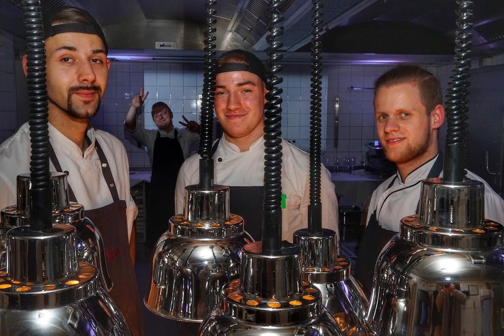 Auch die Küchenbrigade von Sternekoch Mirko ist von der Arbeit mit authentischen Aromen überzeugt. Hier im Bild, v.l.n.r. Markus Matzinger, Gregor Jurzyca, Tom Neunzig, Lukas Sorge