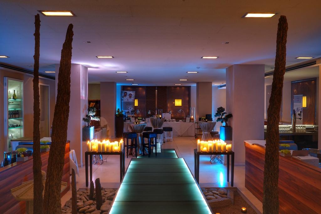 Das Sternerestaurant taku ist festlich eingerichtet, gleich werden die ersten Gäste zum Gourmetfestival eintreten