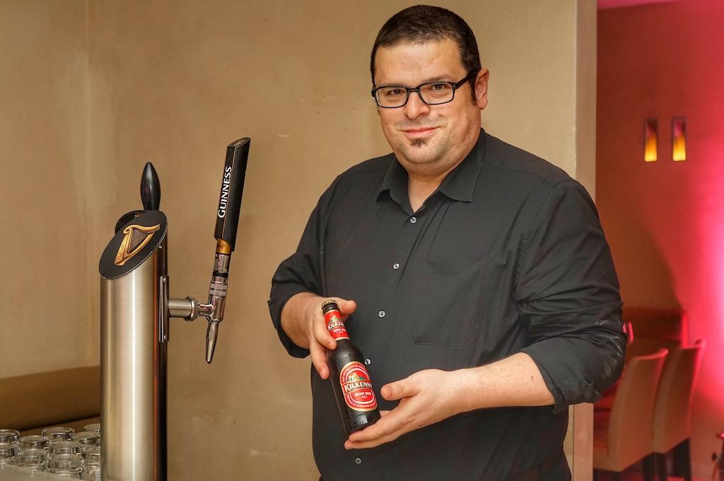 Adrian Diehl sorgte für ein erstklassig gezapftes Guinness; wer wollte konnte auch Kilkenny aus der Flaschen genießen