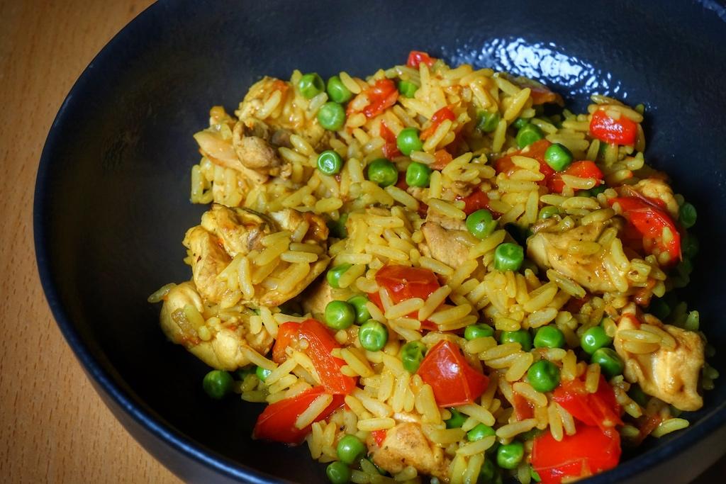 Guten Appetit - Kaninchen, Paprika, Reise und Erbsen, alles auf dem Grill zubereitet