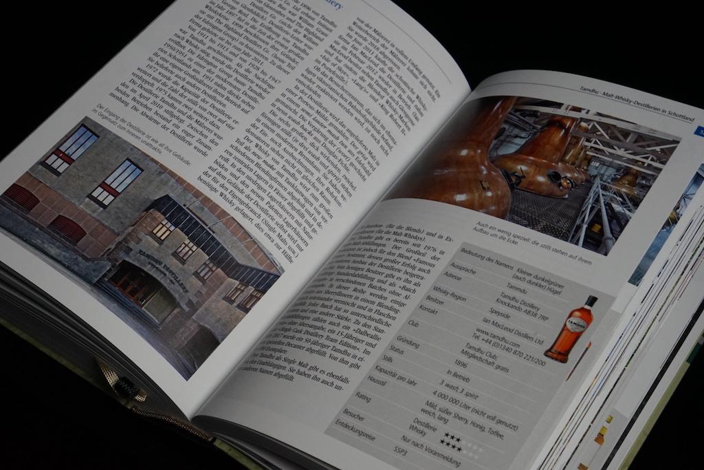 Auf knapp 700 Seiten reihen sich jede Menge Wissen um Whisky an