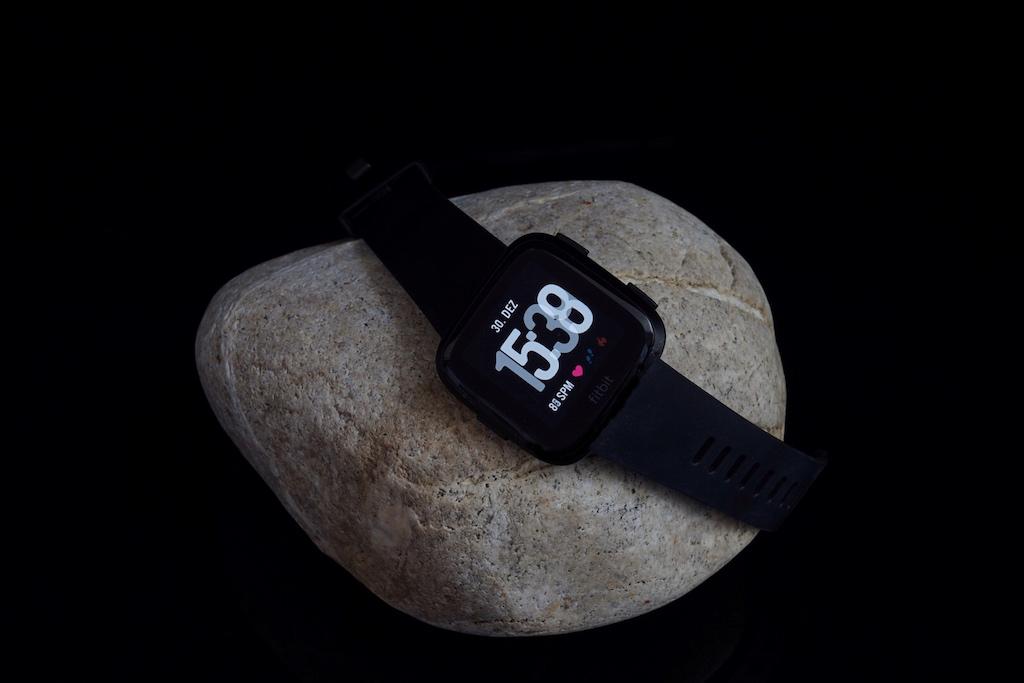 Das Display ist von einem breiten Rand umzogen, welcheserst sichtbar wird, wenn die Smartwatch leuchtet