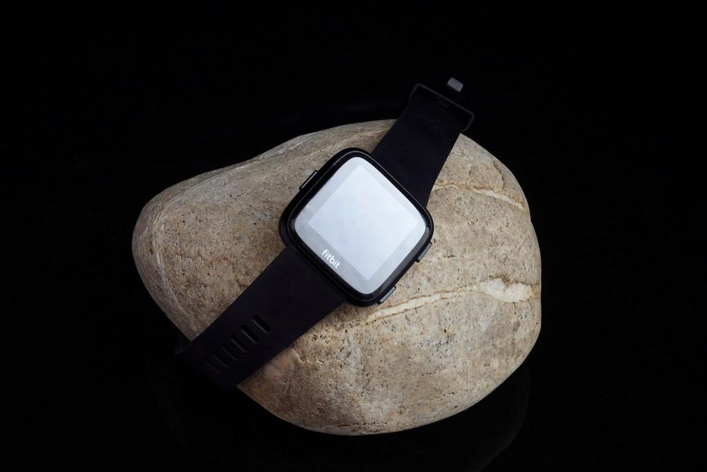 Das Display der Fitbit Versa ist elegant verspiegelt
