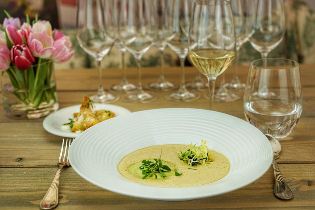Reuben Riffel hatte seinen Auftritt mit der zweiten Vorspeise: Brühe von Meeresfrüchten nach Art CuisineCape Malay