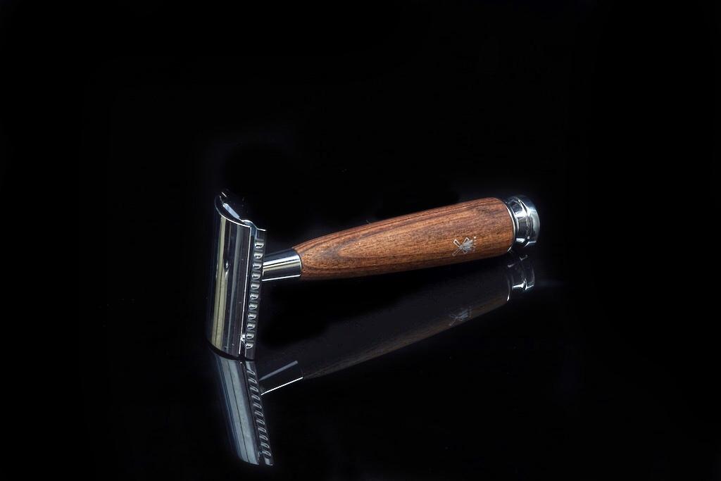 Die Griffe des Rasierhobels und Pinsels bestehen ausEschenholz ...