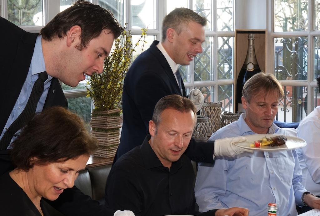 Privatpersonen und Personen der Weinfachwelt sitzen zum Zwecke der Blindverkostung auf dem RGWF beisammen
