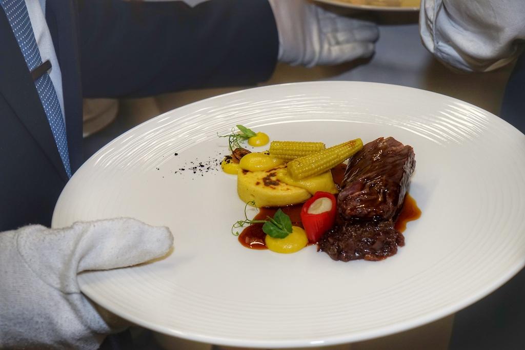 Der Hauptgang entstammte ebenfalls den Kochtöpfen von Simon Stirnal: Ongelt von US-Prime Beef mit BBQ-Jus, Mais und Zwiebeln