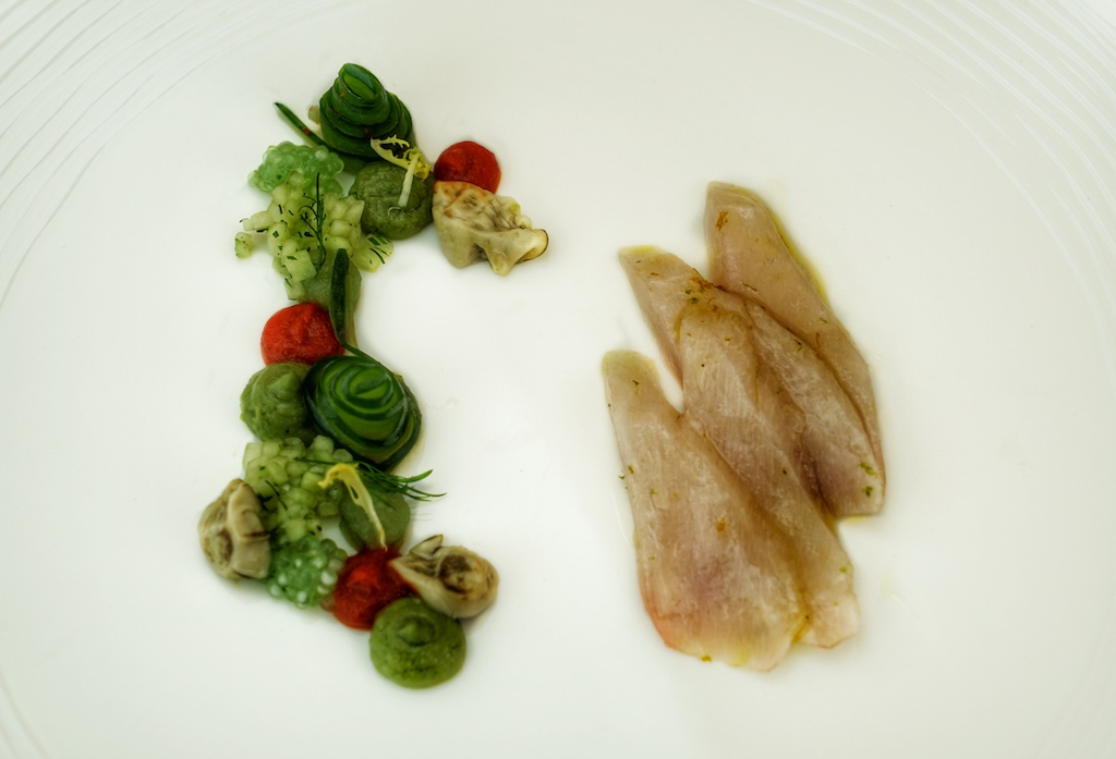 Simon Stirnal, Chef de Cuisine des Gastgebers Hotel Kronschlösschen, gelang ein fulminater Einstieg mit roh marinierten Cobia, Gurke, Dill, Paprika und Austern