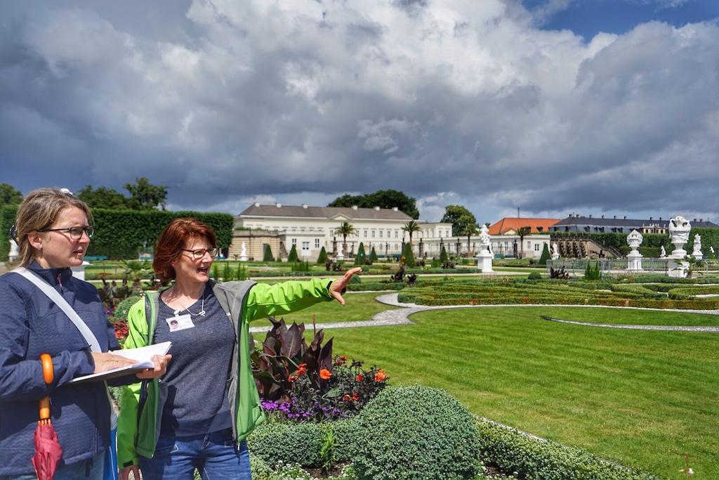 FrontRowSociety Redakteurin Annett Conrad (li.) und Fremdenführerin Tamara Podesky (re.) beim Rundgang durch den Großen Garten