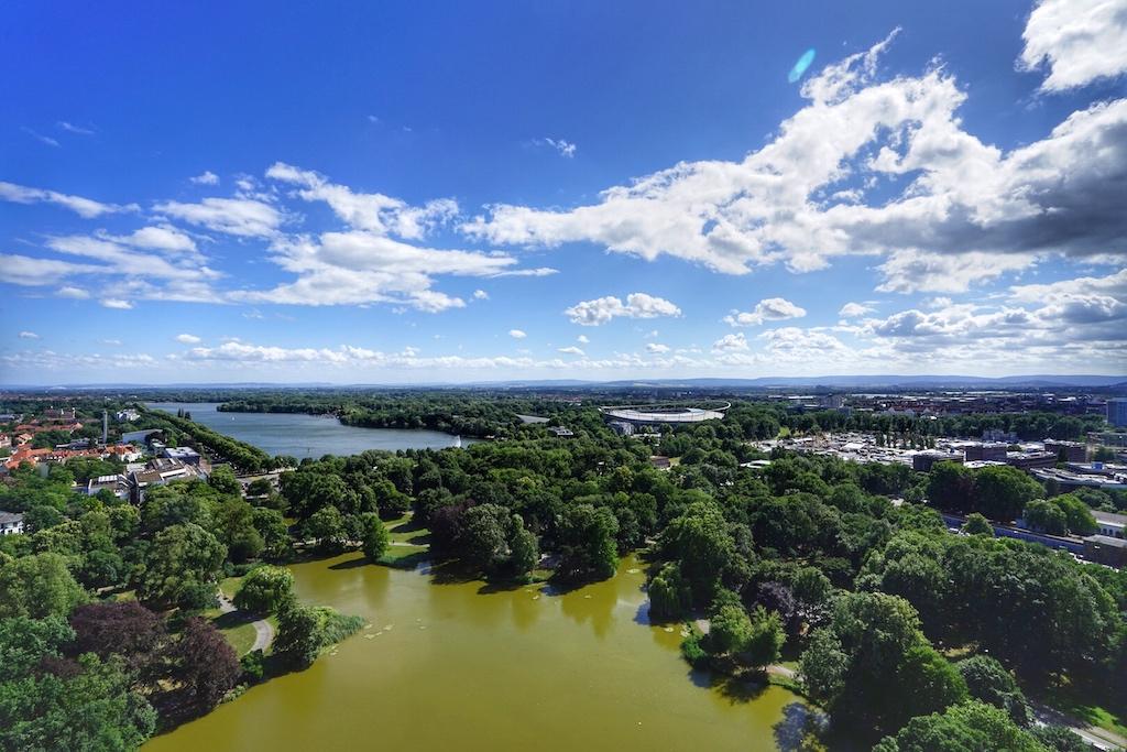 Von der Aussichtsplattform des Neuen Rathauses genießt man den Ausblick ins Grüne und verspürt direkt Lust, um den Maschsee zu radeln
