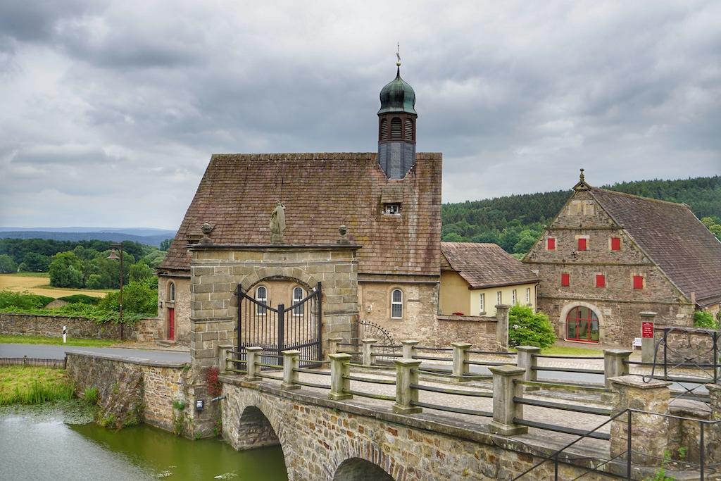 Über die Brücke gelangen Besucher zum Schloss