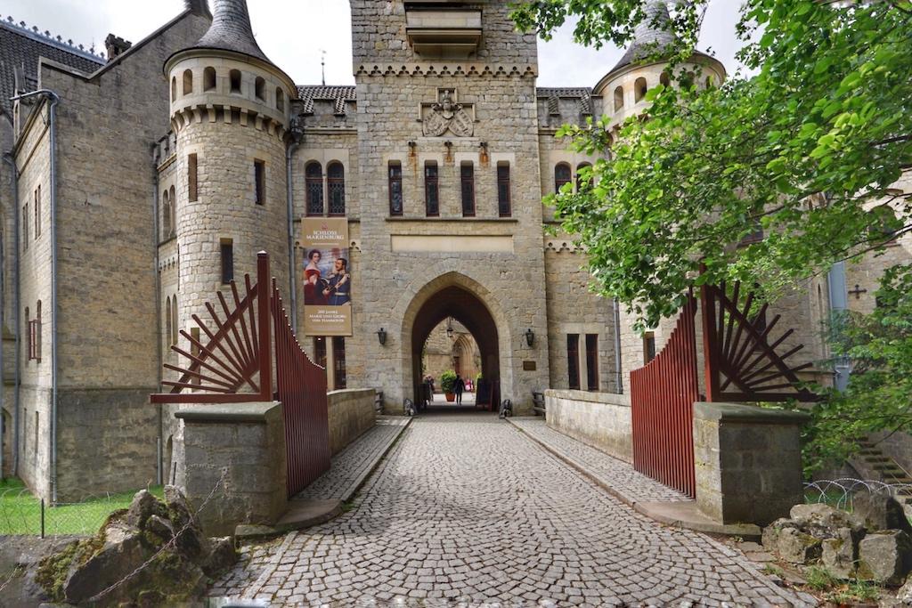 Das neugotische Schloss wurde Ende des 19. Jahrhunderts erbaut und wird oft als Neuschwanstein des Nordens bezeichnet / © Redaktion FrontRowSociety.net