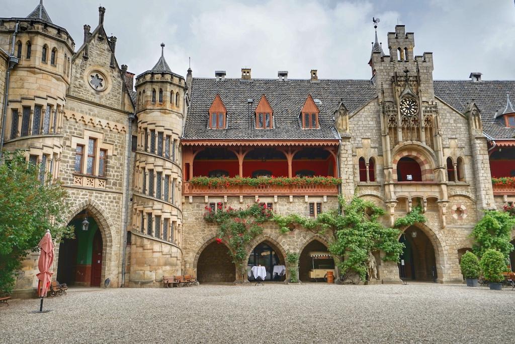 Der Innenhof des Schlosses Marienburg bildet eine herrliche Kulisse für den schönsten Tag des Lebens / © Redaktion FrontRowSociety.net
