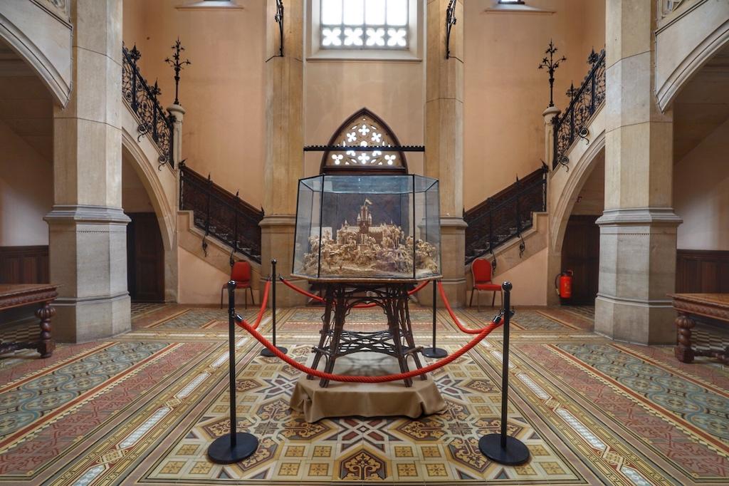 Hereinspaziert: Die Tour durch das Schloss beginnt mit der Erläuterung des Korkmodels, das für den erblindeten König Georg V. konstruiert wurde / © Redaktion FrontRowSociety.net