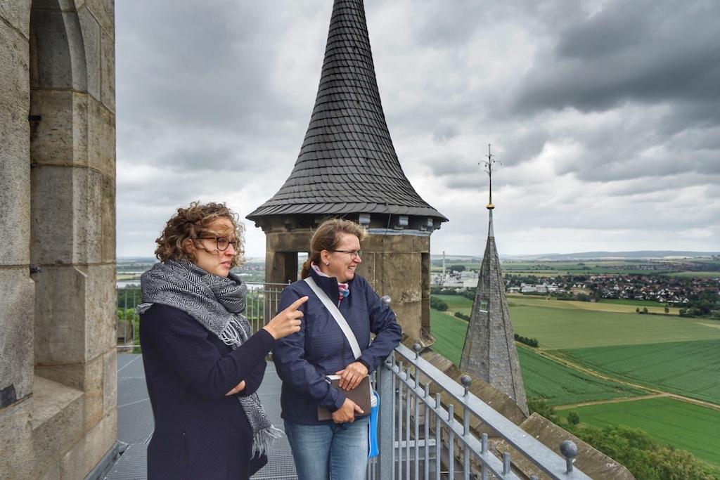 Bei einem Besuch der Marienburg darf keinesfalls die Turmbesteigung versäumt werden. Katarina Bläsing (li.) mit FrontRowSociety Redakteurin Annett Conrad (re.) in luftiger Höhe / © Redaktion FrontRowSociety.net