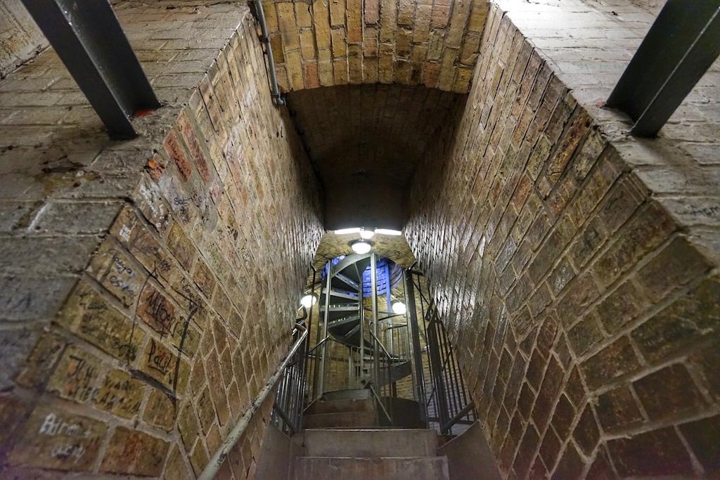 Der Aufzug darf nur mit professioneller Hilfe benutzt werden. 43 Meter geht es dann zur Aussichtsplattform. Dabei passiert der Aufzug einen Winkel von 17 Grad