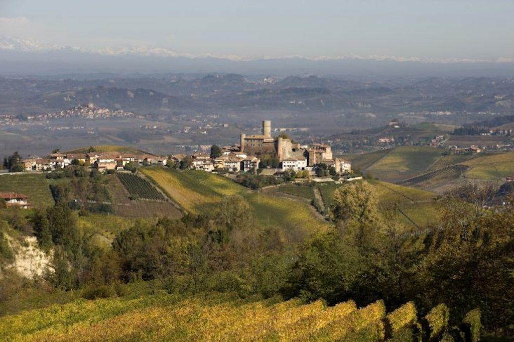 Die hügelige Landschaft lässt so manchen Romantiker ins Schwärmen geraten. Hier ist das Zuhause der Familie Vietti, die seit vier Generationen Weinbau betreibt / © Vietti