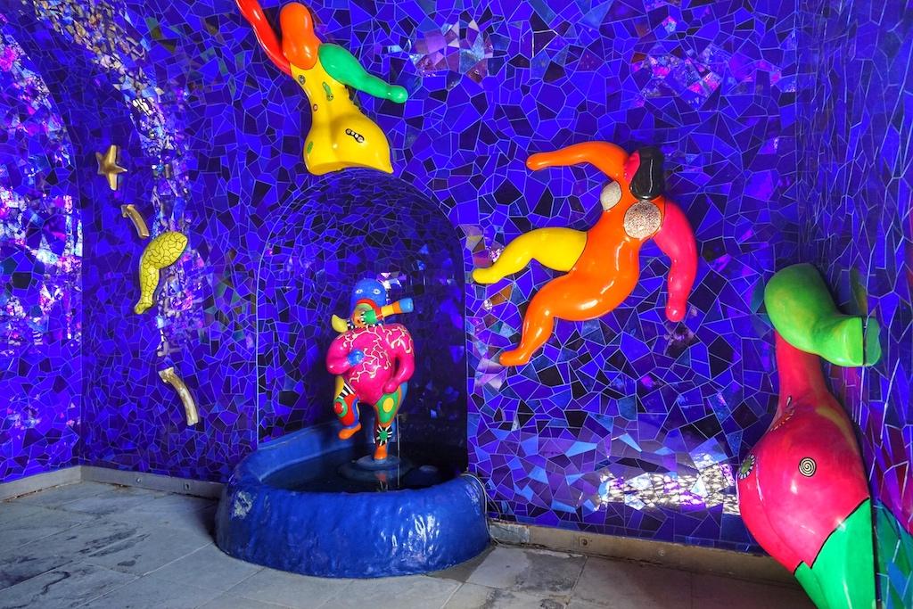Das letzte Werk von Niki de Saint Phalle offenbart sich in der Grotte