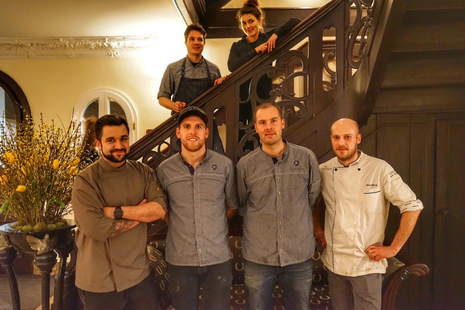 Dominik Käppeler (li.) mit seiner Münchener Crew und dem gastgebenden Chef de Cuisine des Hotels Kronenschlösschen Simon Stirnal (re.)